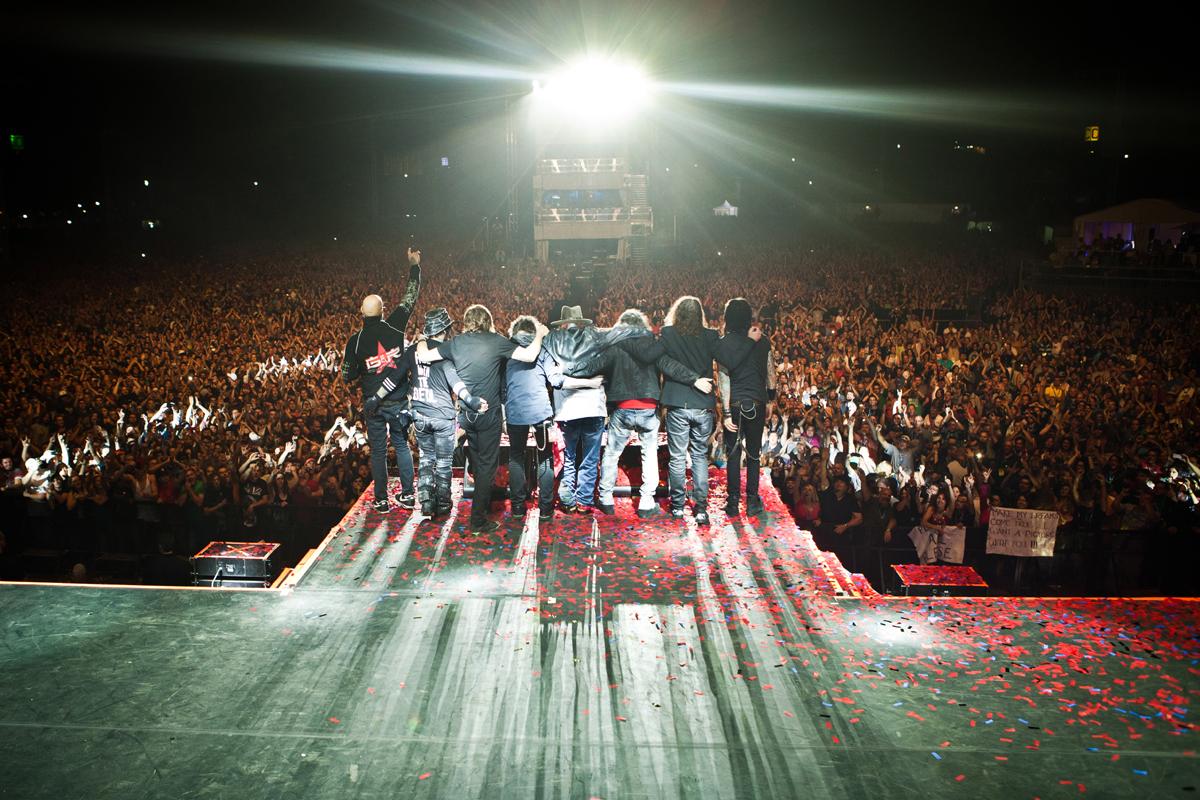 O grupo agradecendo a plateia durante apresenta. Foto: Divulgação.