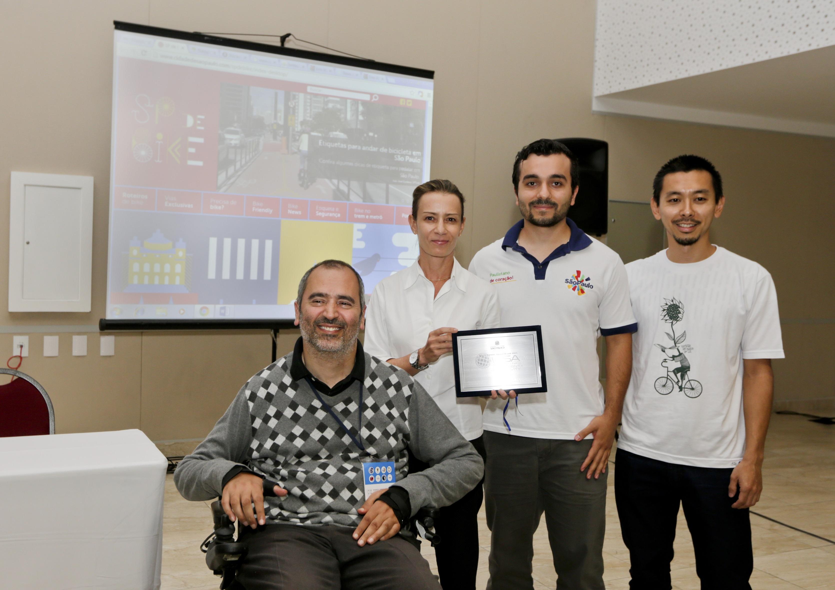 Cid Torquato, secretário-adjunto da SEDPcD (à esquerda) entregou prêmio à equipe. Foto: José Cordeiro/ SPTuris.