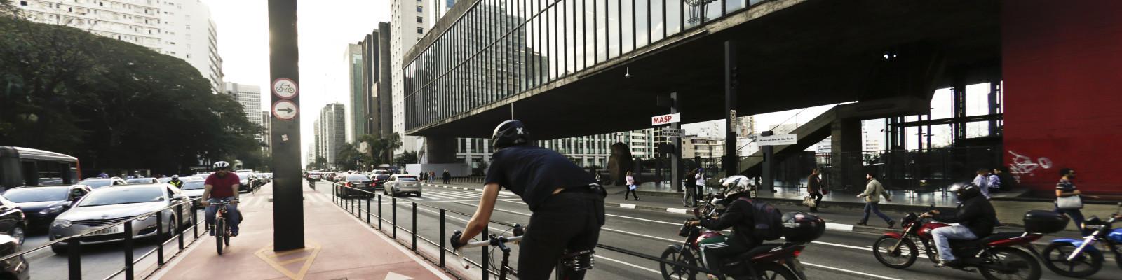 Avenida Paulista – São Paulo (SP) – 29.06.2015 – Geral – Ciclovia da Avenida Paulista. Vista da Avenida Paulista com o funcionamento da ciclovia. Foto: Jose Cordeiro/SPTuris