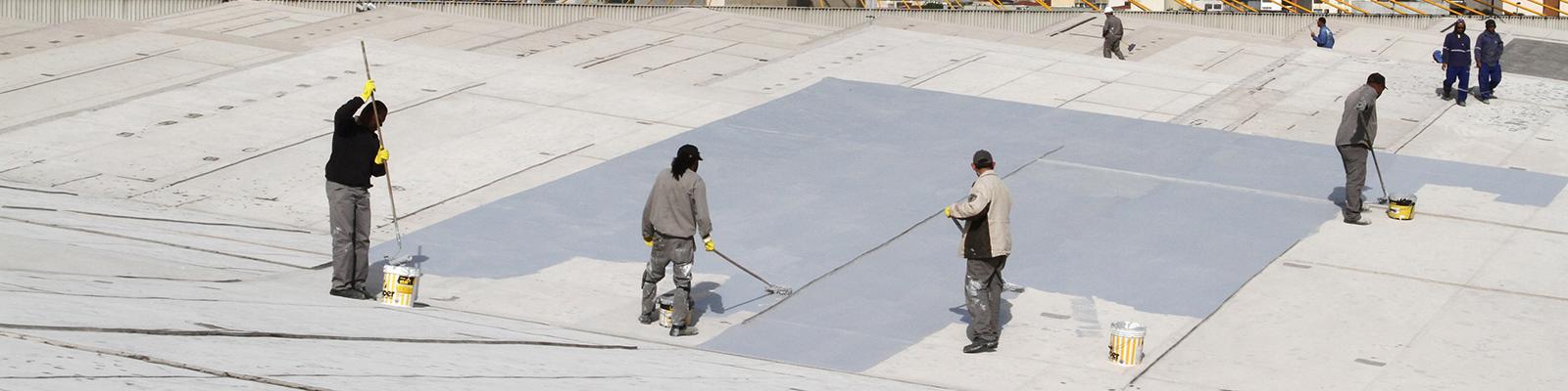 Pavilhão impermeabilização do telhado - São Paulo (SP) - 09.06.2016 - Geral - Pavilhão impermeabilização do telhado - Funcionários trabalham na limpeza para aplicação de impermeabilização do telhado do Pavilhão das Convenções do Anhembi. Foto: Jose Cordeiro/SPTuris