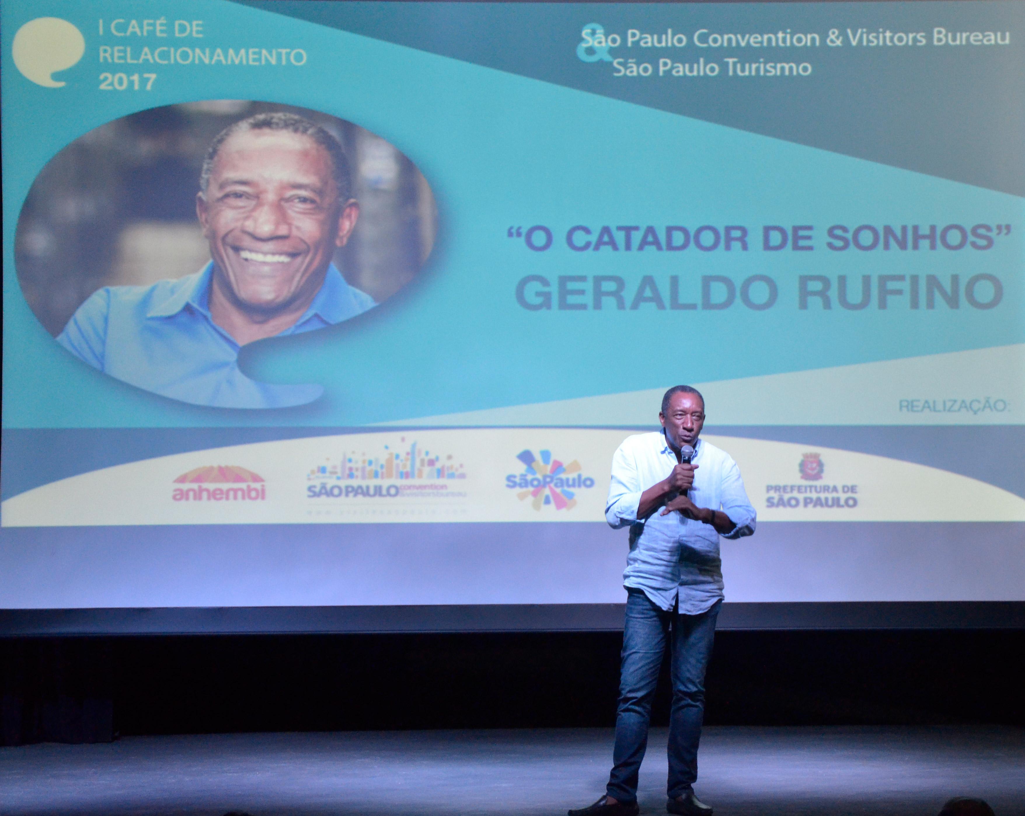 Geraldo Rufino entusiasma o público. Foto: Marcelo Iha/ SPTuris.