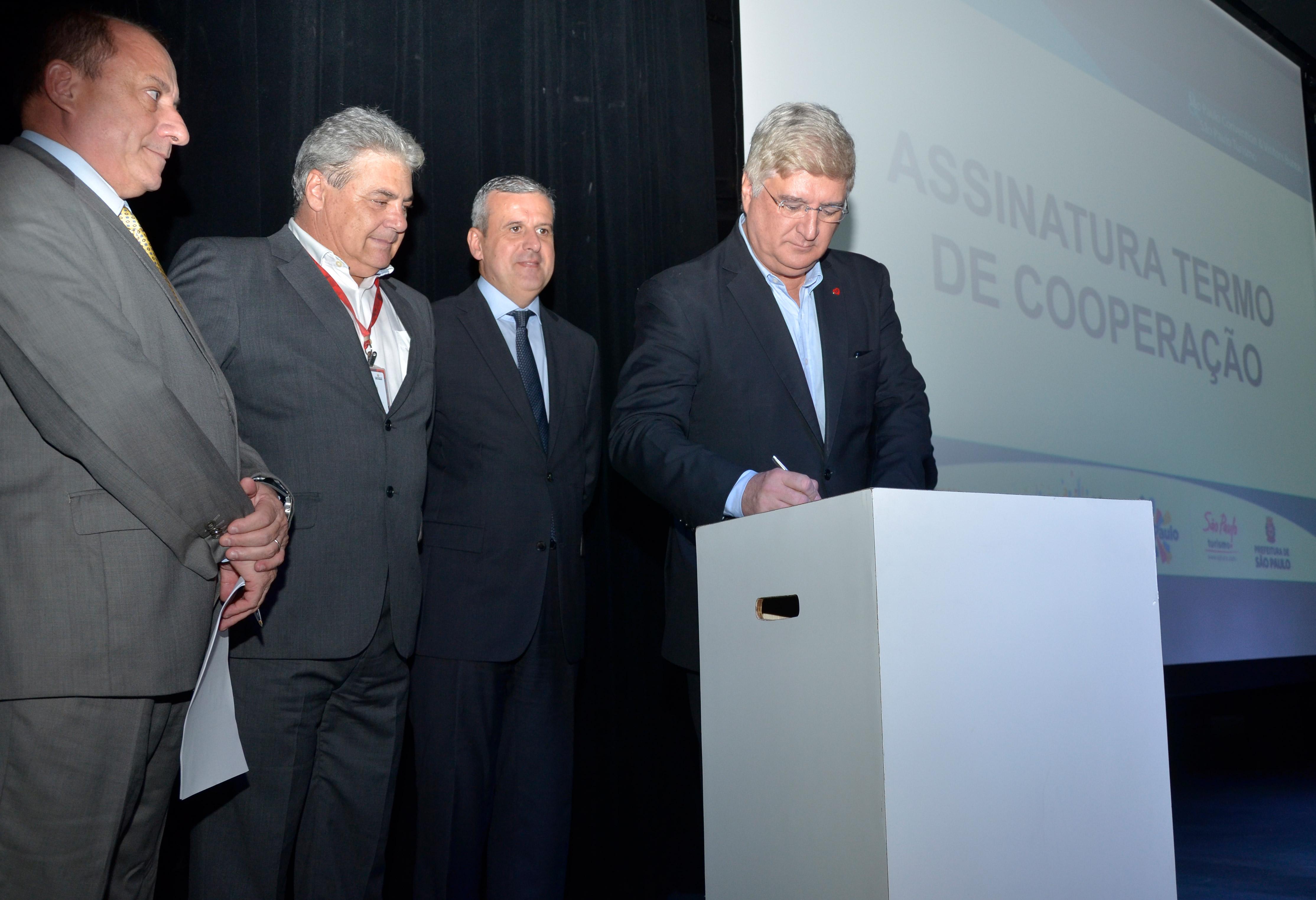 David Barioni assina o termo de cooperação com o SPCVB. Foto: Marcelo Iha/ SPTuris.