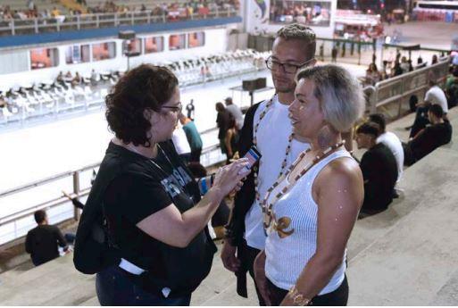 Pesquisadora faz entrevista com o público do Sambódromo. Foto: Jose Cordeiro/ SPTuris.