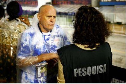 Pesquisadora faz entrevista com o público do Sambódromo. Foto: Joyce Cury/ SPTuris.